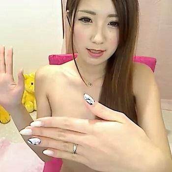 【ライブチャット】スラっとした美人チャット女子が手ブラでなかなか乳首を見せてくれない~!見せてよ~!!